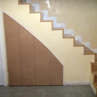 Frente de armario bajo escalera
