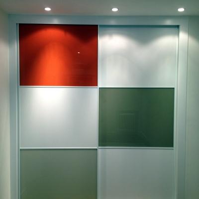 Frente de armario en blanco y vidrios lacados