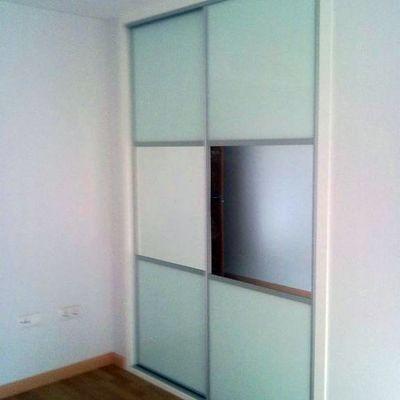 Frente fabricado con cristal blanco y franja de espejo