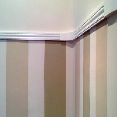 friso tricolor contaste con pintura lisa en parte superior paredes separada con una moldura en color blanco