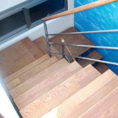 Escalera de roble sobre metal