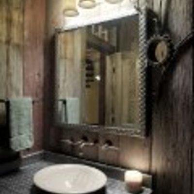 Baño de forja y madera