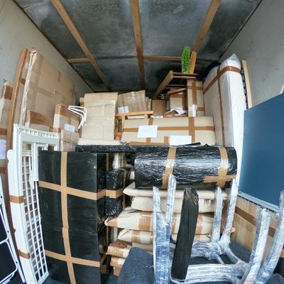 Camión cargado con muebles bien embalados