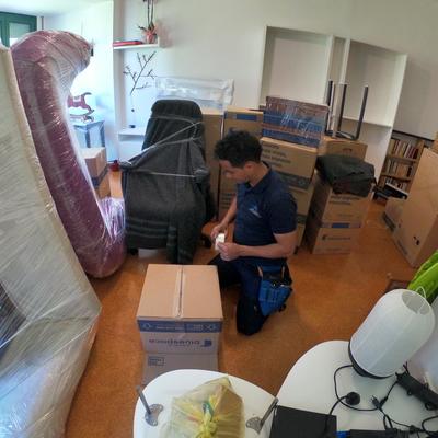 Operario embalando y protegiendo mueble