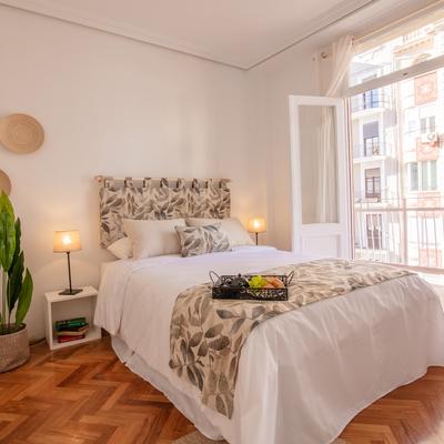Amplia y luminosa habitación exterior con balcón
