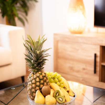 Detalle cesta de frutas tropicales home staging