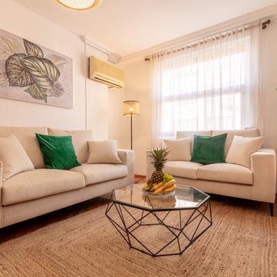 Detalle de la zona de estar, mesa auxiliar y sofás,