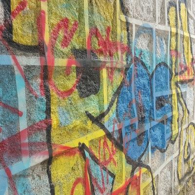 Grafitis  en muro de piedra