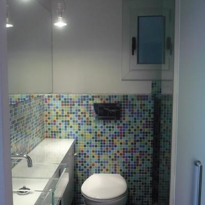 baño reducido y colorido