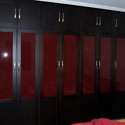 Gran armario ropero clásico en madera de Suecia lacado color wengue.