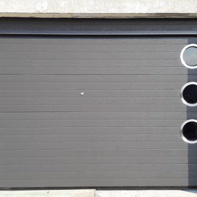 Puerta seccional con ojos de buey