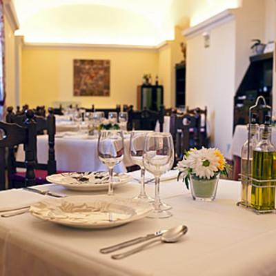 Servicios restauración y limpieza de restaurante de hotel.