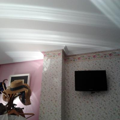 Habitación combinada pintura y papel