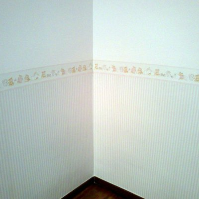 habitacion infantil en color con cenefa de papel decorativa