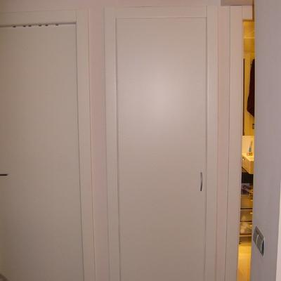Armario a medida en laca blanca igual puertas