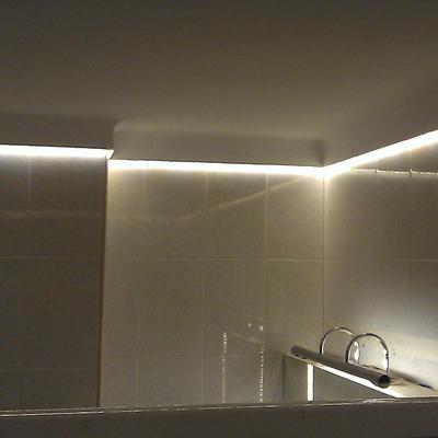 Iluminación con tira LED en un baño