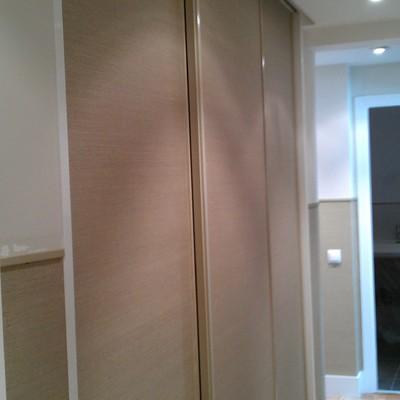 papel pintado sobre puertas de armario
