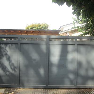 Puerta corredera combinada con chapa lisa y chapa perforada