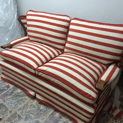 Sofa con tela a rayas