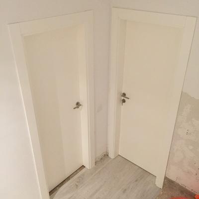 Puertas blancas con 2 líneas horizontales