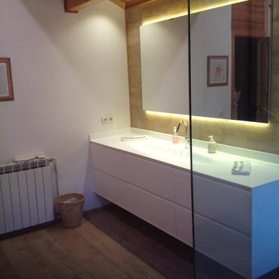 Mueble de baño con mampara  y espejo retroiluminado