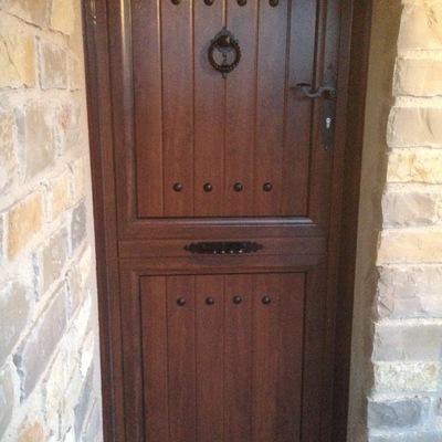 Puerta de aluminio imitación madera rustica