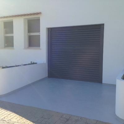 Entrada y puerta de garaje.