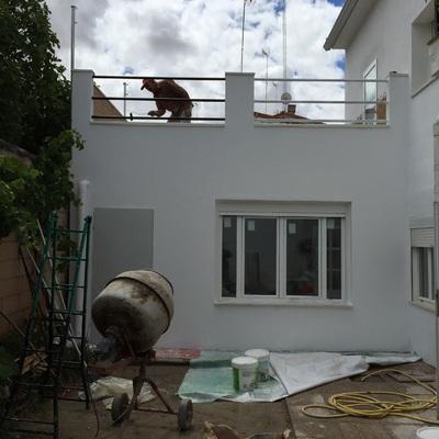 Ampliación de vivienda con terraza ajardinada