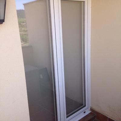 Vista exterior ventana Rpt blanca con vidrio Guardian Sun