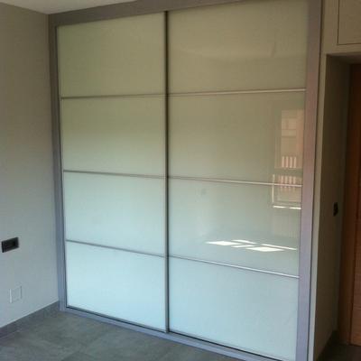Frente de armario cristal lacado blanco y perfilaría inox