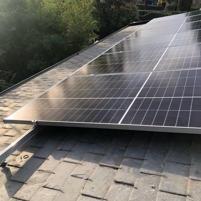 Placas solares en cubierta de teja de pizarra
