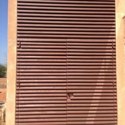 Puerta de hierro de lamas romboidales