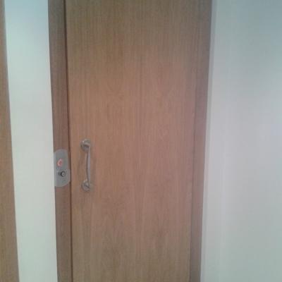 puerta de cabina forrada en madera