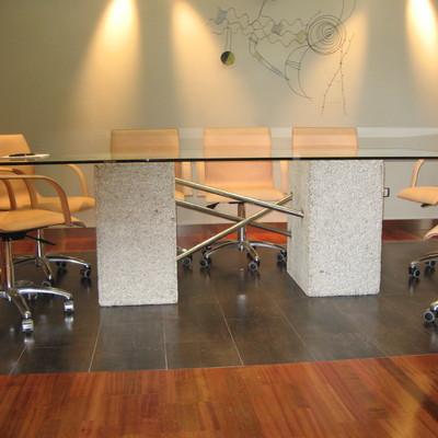 Mesa de reuniones con bases en bloque de granito gruto