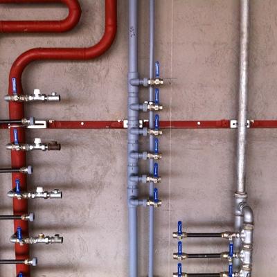 Generales de distribución de agua y calefacción en edificio de viviendas