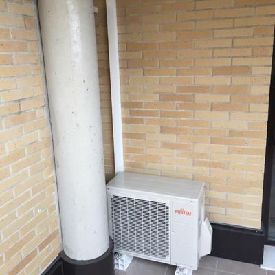 Unidad exterior Fujitsu en terraza de vivienda