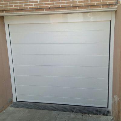 Puerta seccional unicanal en blanco.