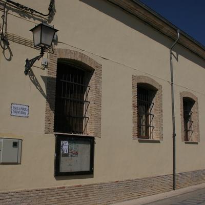 Colegio municipal de estilo rústico.