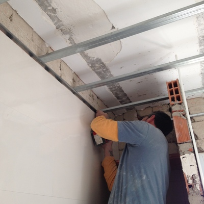 Preparando guías y ángulos para nuevo techo de pladur
