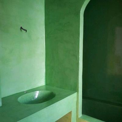 Baño, lavabo y bañera en microcemento
