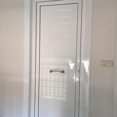 Puerta de entrada lacado blanco con Lamas horizontales y accesorios inox