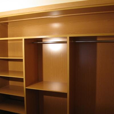 Interior de armario empotrado a medida en melamina roble.