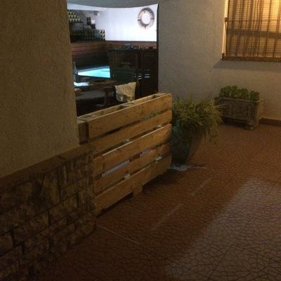 Jardinera/murete de separación hecha con un palé