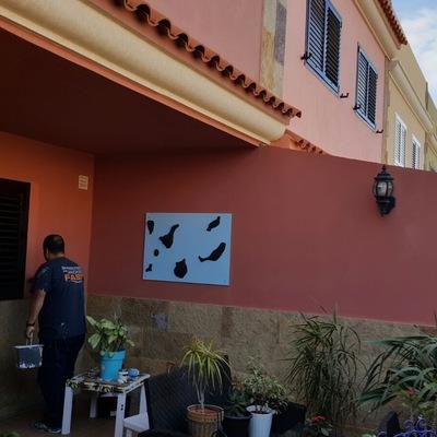 Pintura y revestimiento a paredes parte baja de fachada