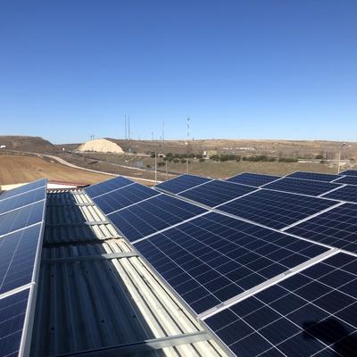 Placas solares sobre gasolinera