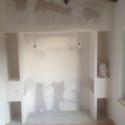 mueble construido alrededor de la cama con mesitas de noche incorporadas