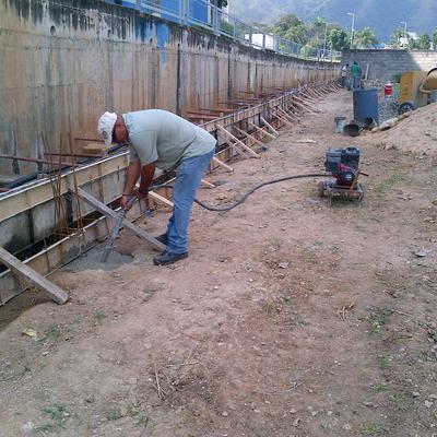 CONSTRUCCIÓN MURO DE CONCRETO SOLIDO