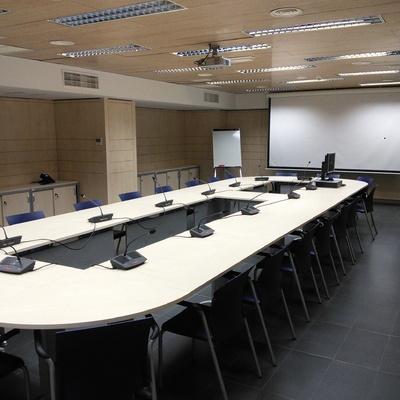 Sistema tecnológico y mobiliario de sala de juntas