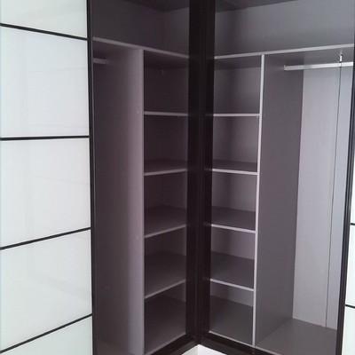 Interior de armario rincçon con correderas.