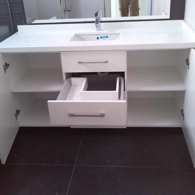 Interior de mueble de lavabo.